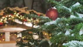Julbollnärbild leksaker som hänger på trädet Staden dekoreras för ferien Kulör girland arkivfilmer