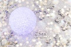 Julbollprydnad med snöflingor royaltyfri foto