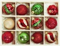Julbollprydnader i en träask Royaltyfria Foton