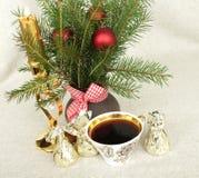 Julbukett med en stearinljus och en kopp kaffe Fotografering för Bildbyråer