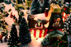 Julbydetalj med tänd byggnad och snö - selektiv fokus royaltyfri foto