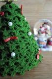 Juldekor av en boll och ett virkat gran-träd arkivfoton