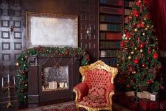 Juldekor i kunglig vardagsrum med en tappningfåtölj, spis arkivfoton