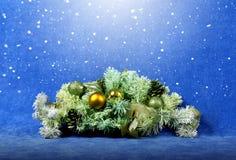 Juldekor i snö arkivbild
