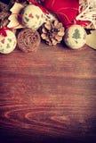 Juldekor i tappningtoning på träbakgrund Arkivfoto