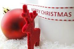 Juldekor med hjortar och den röda bollen Royaltyfri Fotografi