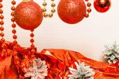 Juldekor med röda gåvapappers- och silverkottar Fotografering för Bildbyråer