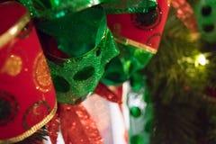 Juldekor med röda och gröna Dot Ribbons royaltyfri fotografi