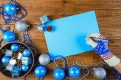 Juldekor på en trätabell, en bokstav till Santa Claus Royaltyfri Fotografi