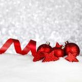 Juldekor på snö Arkivfoton