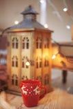 Juldesign med koppen Arkivfoto