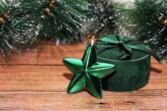 Juldesign på träbakgrunden Arkivfoton