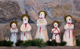 Juldockor som sjunger lovsånger Arkivfoton