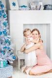 juldotter henne moder nära tree royaltyfria bilder