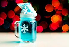 Juldrink som skjutas i ett skjutit exponeringsglas på en bokehbakgrund, Chri arkivfoton