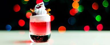 Juldrink som skjutas i ett skjutit exponeringsglas på en bokehbakgrund, julgarnering på stången, xmas-parti royaltyfria bilder