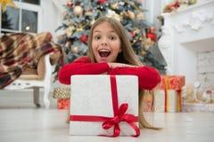 Julen är kommande Den lilla gulliga flickan mottog feriegåvan Bästa julgåvor Ungeliten flicka i elegant klänning och arkivfoton