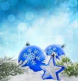 Julen övervintrar det blåa baubleskortet Royaltyfri Fotografi