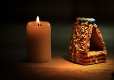 Julen bordlägger stearinljus, apelsiner och kanelbruna pinnar på trä Royaltyfri Bild