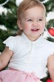 julen dekorerade den lyckliga små treen för flickan Fotografering för Bildbyråer