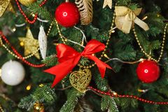 julen dekorerade treen Royaltyfri Fotografi