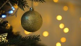 julen dekorerade treen stock video