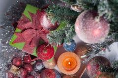 julen dekorerade treen Arkivfoton