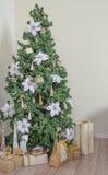 julen dekorerade treen Arkivbild