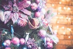 julen dekorerade treen Arkivfoto
