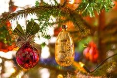julen dekorerade treen Festlig ljus bakgrund Royaltyfria Foton
