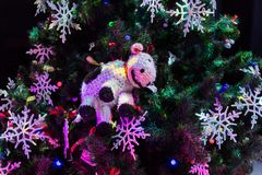 julen dekorerade treen Leksaker och snör åt snöflingor nytt år Fotografering för Bildbyråer