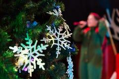 julen dekorerade treen Leksaker och snör åt snöflingor nytt år Skådespelaren med mikrofonen Arkivbilder
