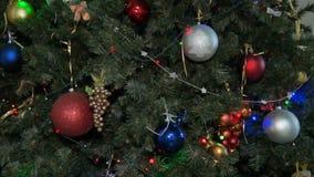 julen dekorerade treen nytt år Mång--färgade prydnader, girlander och ljusa kulor lager videofilmer