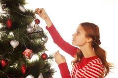 julen dekorerar flickatreen Arkivfoton