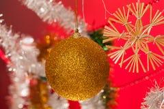julen dekorerar nya home idéer för garnering till En toy på entree med porslin Jultomte och gran - tree royaltyfri bild