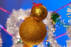 julen dekorerar nya home idéer för garnering till En toy på entree med porslin Jultomte och gran - tree arkivbilder