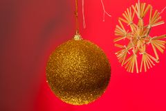 julen dekorerar nya home idéer för garnering till En toy på entree med porslin Jultomte och gran - tree fotografering för bildbyråer