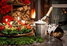 julen dekorerar nya home idéer för garnering till Flaska av champagne, exponeringsglas och spisen Royaltyfri Bild