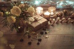 julen dekorerar nya home idéer för garnering till Gåva stearinljus, ljus, guld- bollar på en trälantlig tabell Sammansättning av  fotografering för bildbyråer