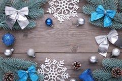 julen dekorerar nya home idéer för garnering till Gran-träd filial med bollar, bulor, snöflingan och pilbågar på en grå bakgrund fotografering för bildbyråer