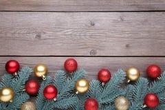 julen dekorerar nya home idéer för garnering till Gran-träd filial med bollar, små gåvor och pilbågar på en grå bakgrund royaltyfri foto