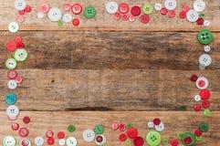 julen dekorerar nya home idéer för garnering till Knappar inramar på wood bakgrund Royaltyfria Foton