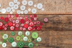 julen dekorerar nya home idéer för garnering till Knappar staplar på wood bakgrund Fotografering för Bildbyråer
