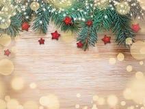 julen dekorerar nya home idéer för garnering till Röd stjärna på träbakgrund arkivbild