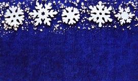 julen dekorerar nya home idéer för garnering till Snöflingagräns på blå bakgrund med copyspace Royaltyfri Fotografi
