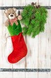 julen dekorerar nya home idéer för garnering till Teddy Bear och röd sockastrumpa Arkivbild