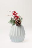 julen dekorerar nya home idéer för garnering till trädfilial i en vas Arkivfoto