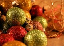 julen färgade mång- prydnadar royaltyfria bilder