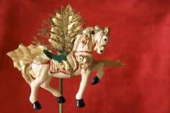 julen går den runda glada prydnaden för hästen Royaltyfria Bilder