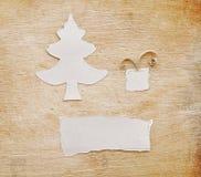 julen gjorde den papper rivna treen Arkivfoto